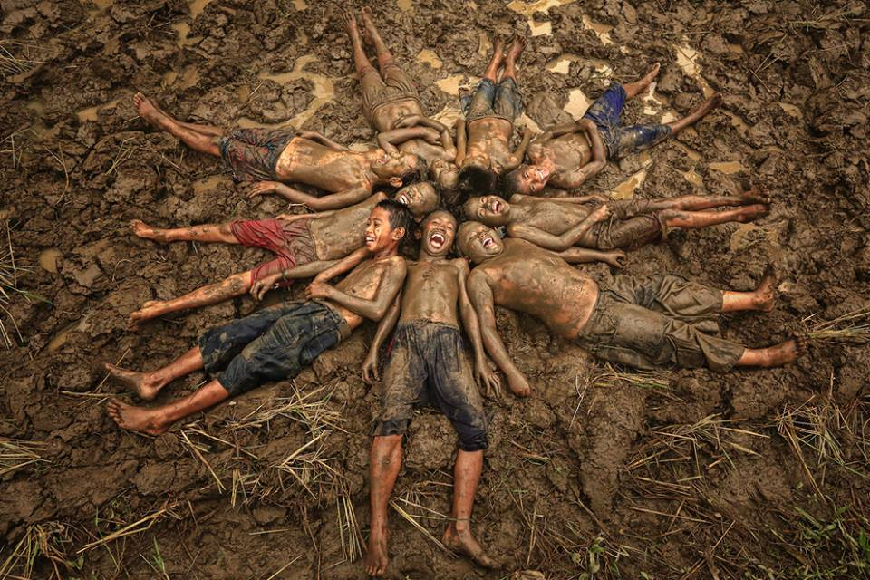 Enfants joyeux dans la boue